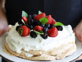 klasszikus pavlova torta, tejszínhabbal, gyümölcsökkel