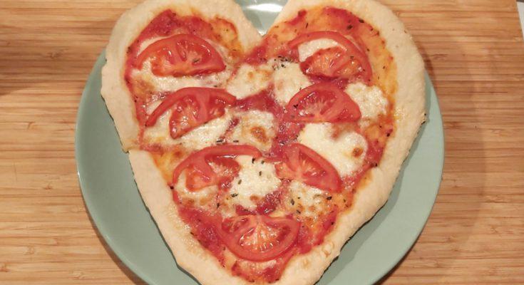 szív alakú pizza házilag, valentin-napi pizza