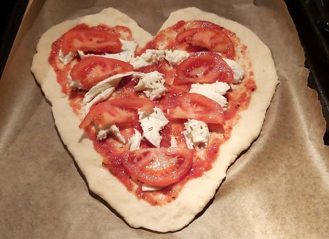 szív alakú pizza sütés előtt